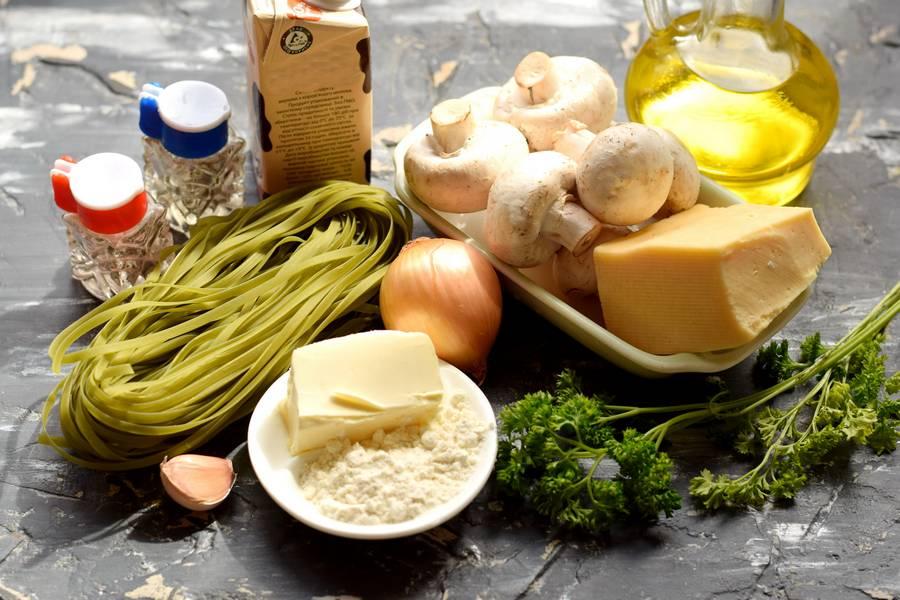 Ингредиенты зеленых фетучини с сыром и грибами
