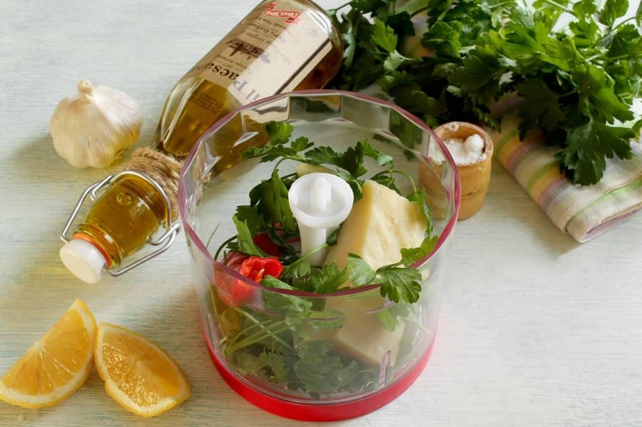 Приготовление овощного салата с твердым сыром шаг 1