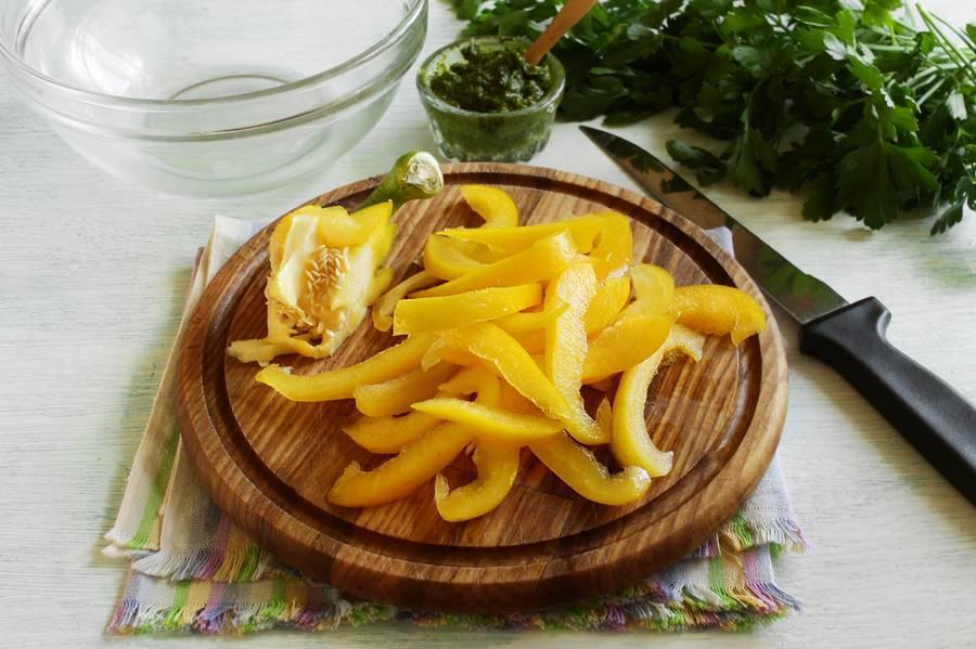 Приготовление овощного салата с твердым сыром шаг 2