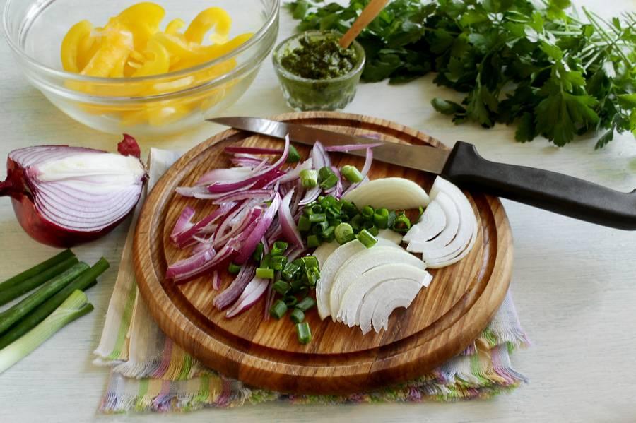 Приготовление овощного салата с твердым сыром шаг 3