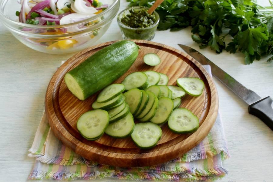 Приготовление овощного салата с твердым сыром шаг 4