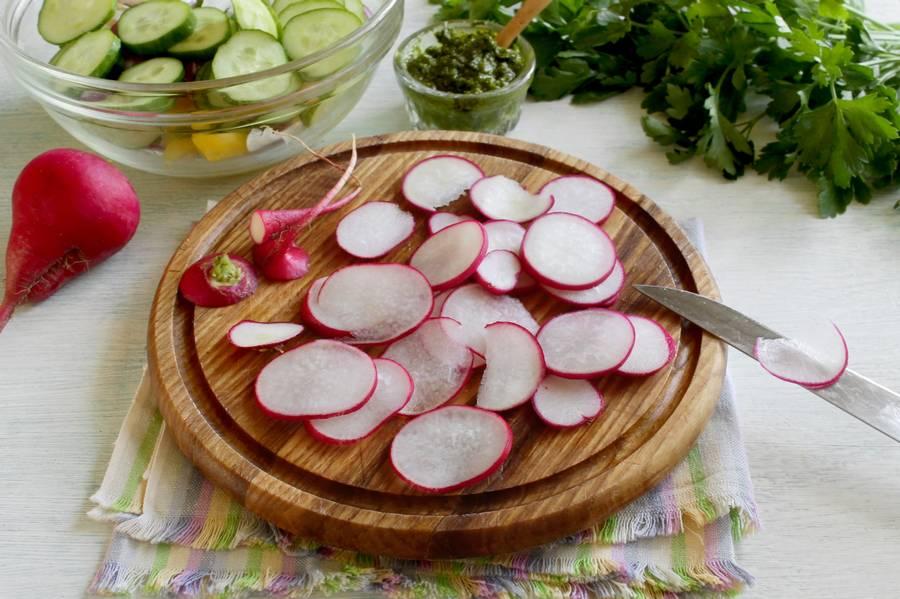 Приготовление овощного салата с твердым сыром шаг 5