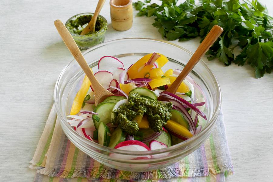 Приготовление овощного салата с твердым сыром шаг 6