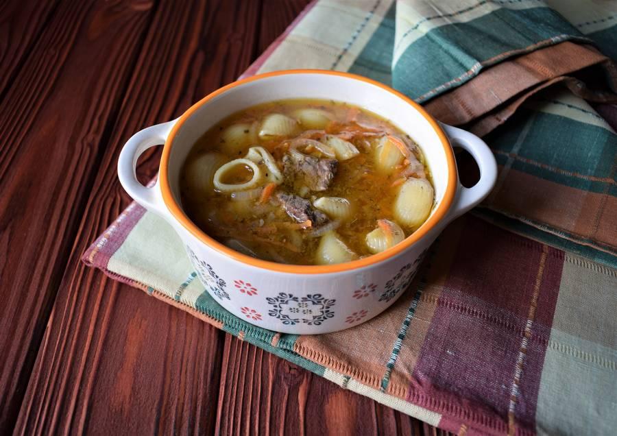 Суп с говядиной и макаронами, приготовленный в духовке