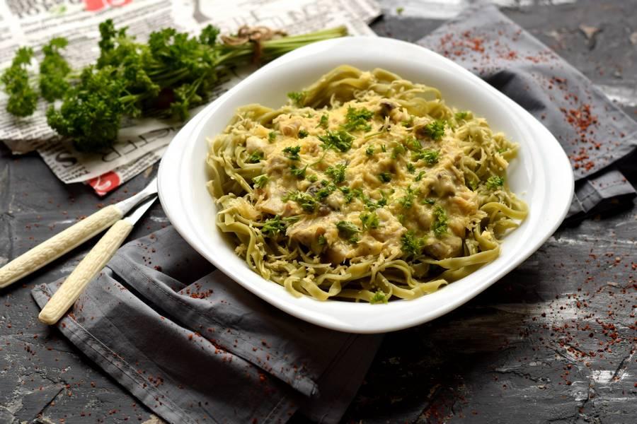 Зеленые фетучини с сыром и грибами под сливочным соусом