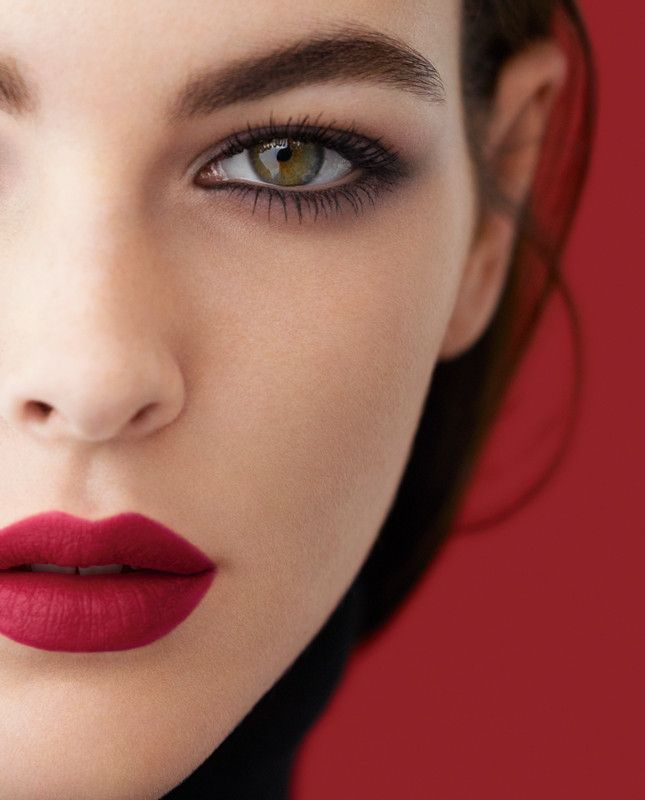 Матовая помада Chanel Rouge Allure на губах
