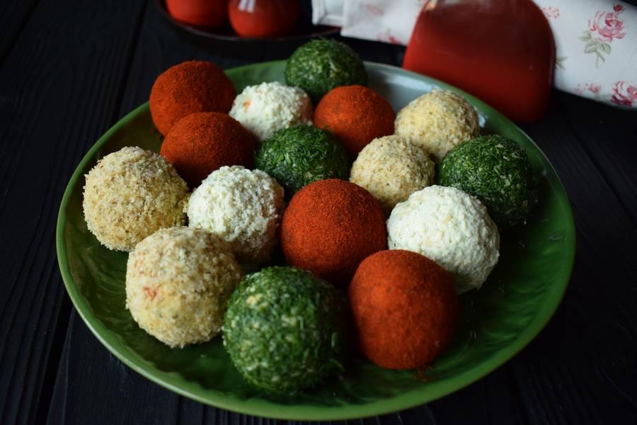 Цветные сырные шарики с яйцами и каперсами