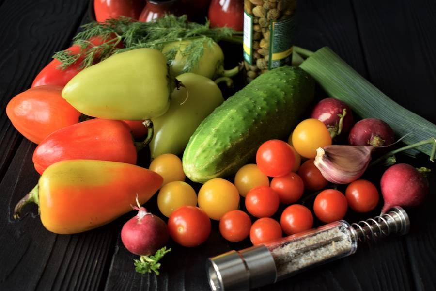 Ингредиенты овощного салата в перцах