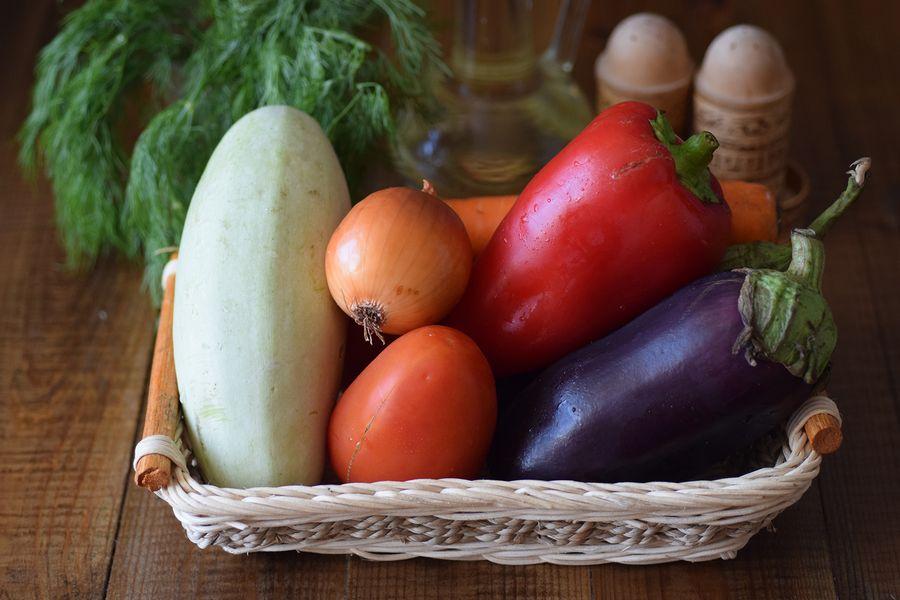 Ингредиенты соте из баклажанов и кабачков