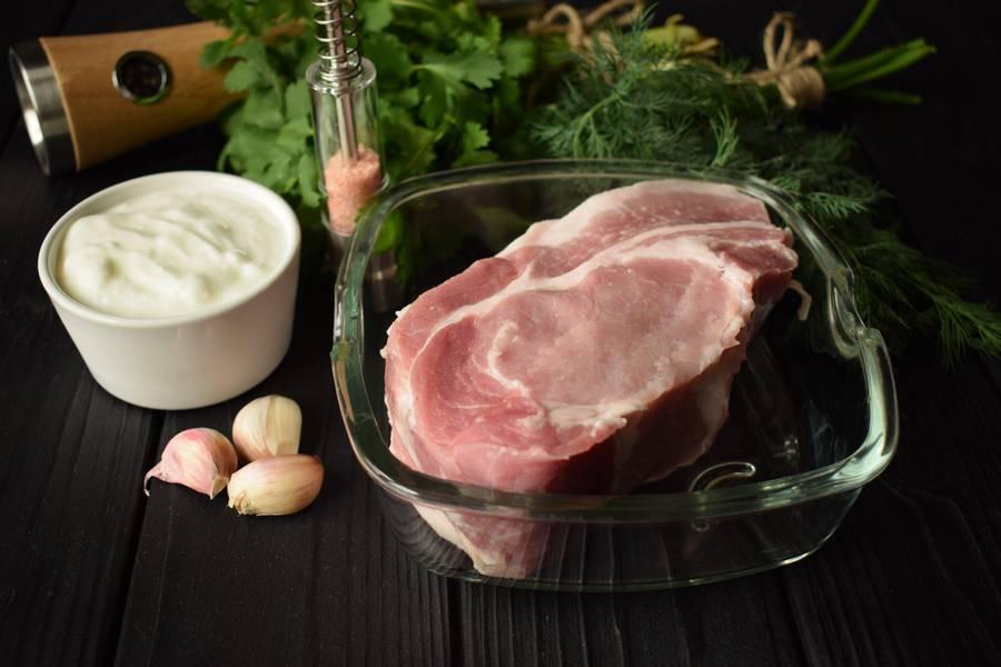 Ингредиенты свинины в йогурте с кинзой и чесноком