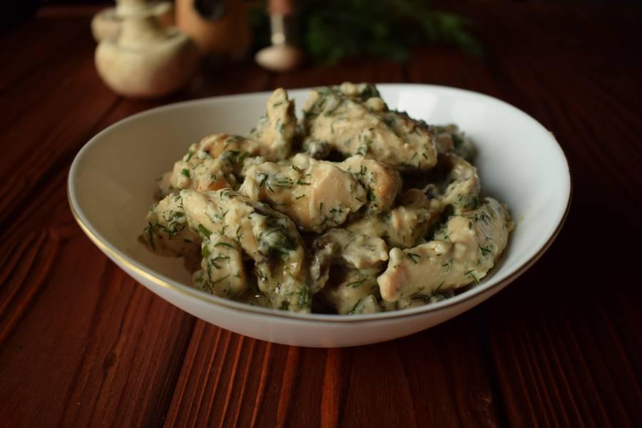 Куриная грудка с грибами и зеленью, в сливочном соусе