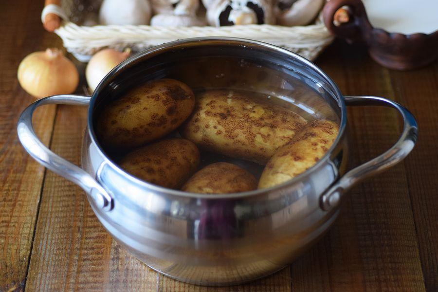 Приготовление картофельной запеканки с грибами шаг 1