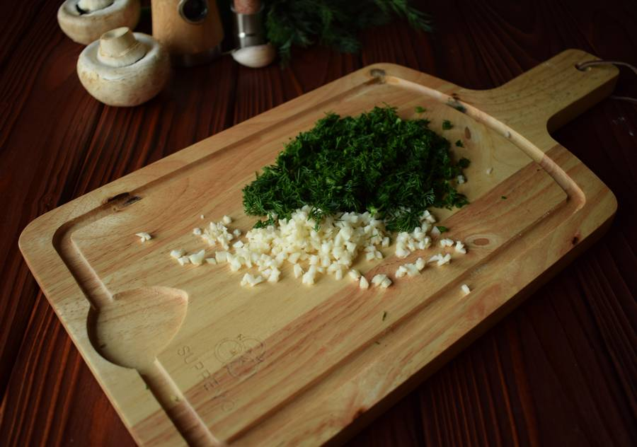 Приготовление куриной грудки с грибами и зеленью шаг 10
