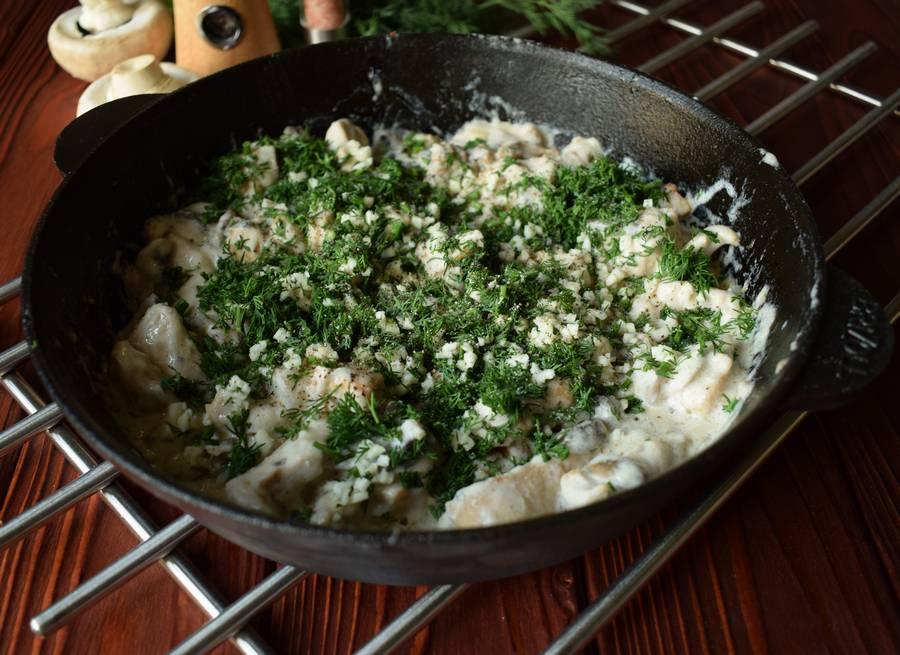 Приготовление куриной грудки с грибами и зеленью шаг 11