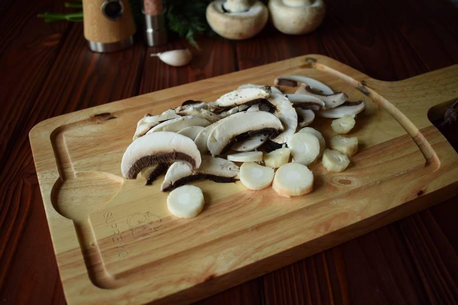 Приготовление куриной грудки с грибами и зеленью шаг 2