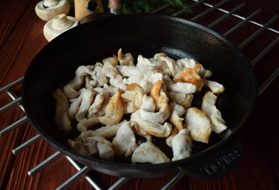 Приготовление куриной грудки с грибами и зеленью шаг 3