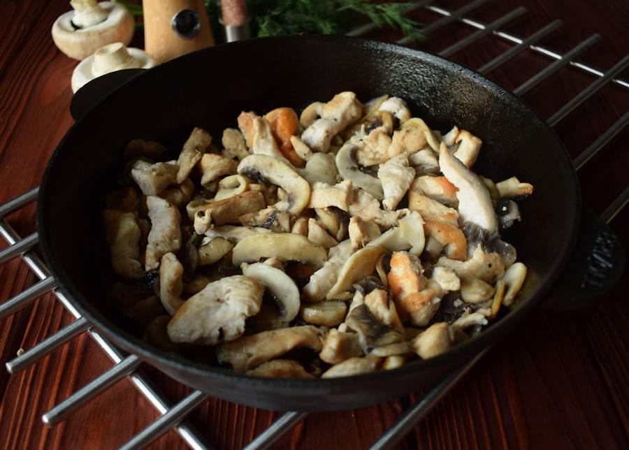 Приготовление куриной грудки с грибами и зеленью шаг 5