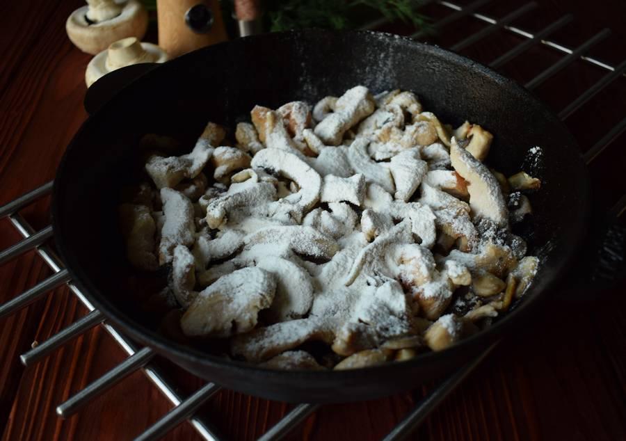 Приготовление куриной грудки с грибами и зеленью шаг 6
