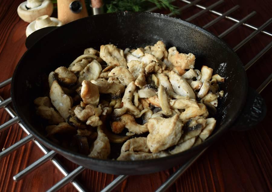 Приготовление куриной грудки с грибами и зеленью шаг 7