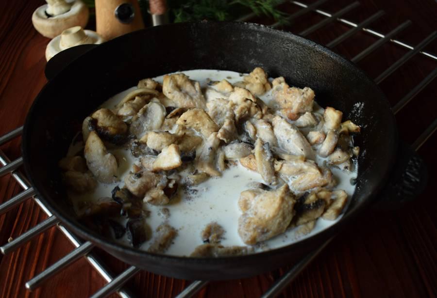 Приготовление куриной грудки с грибами и зеленью шаг 8