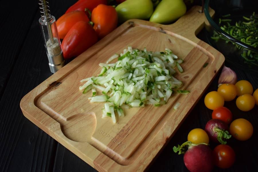 Приготовление овощного салата в перцах шаг 2
