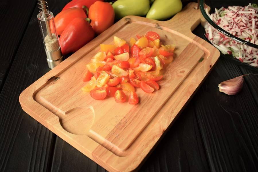 Приготовление овощного салата в перцах шаг 4