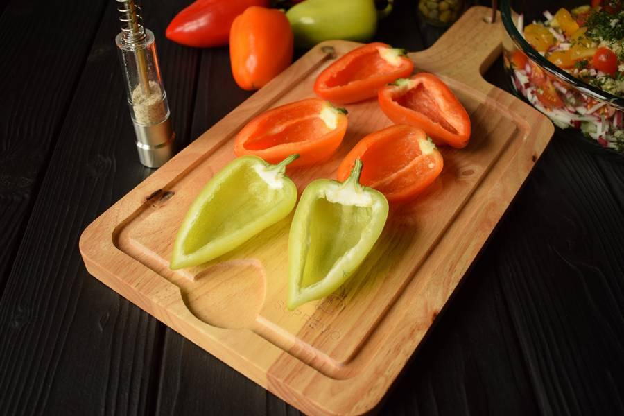 Приготовление овощного салата в перцах шаг 8