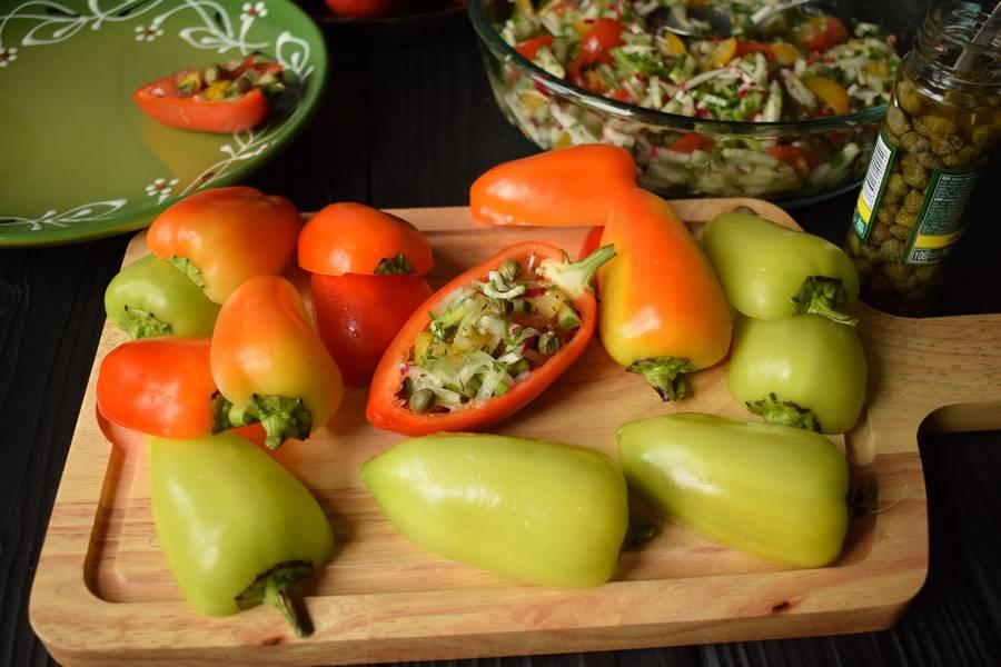 Приготовление овощного салата в перцах шаг 9