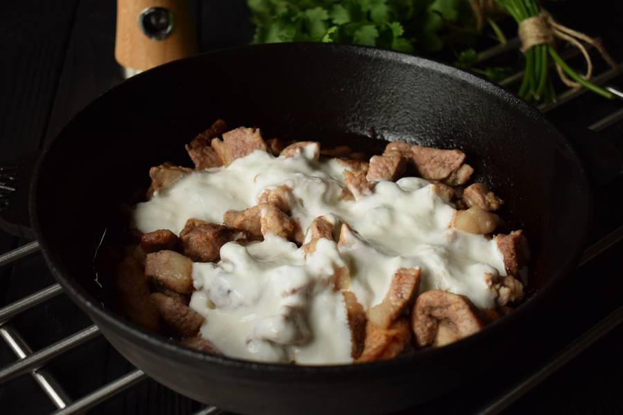 Приготовление свинины с йогуртом, кинзой, укропом и чесноком шаг 5