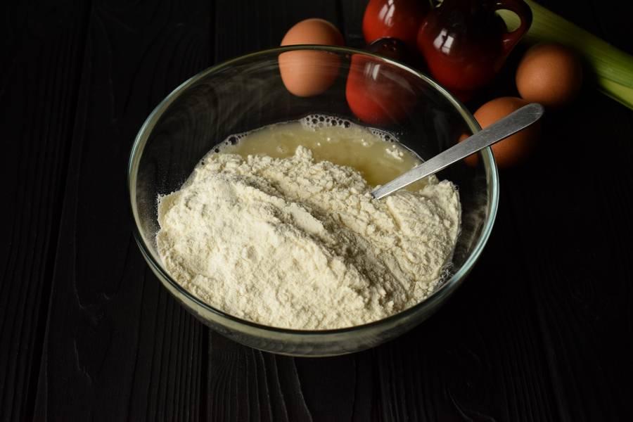 Приготовление жареного пирога с пореем шаг 4