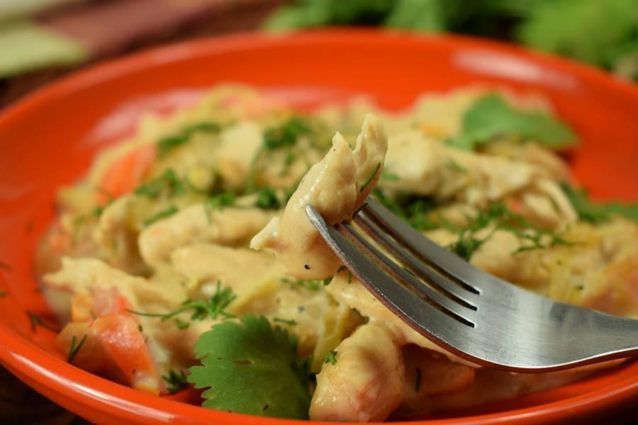 Куриная грудка с болгарским перцем, в сметанном соусе