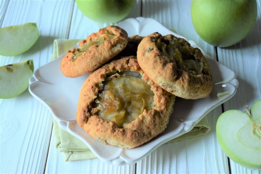Открытые песочные яблочные пирожки