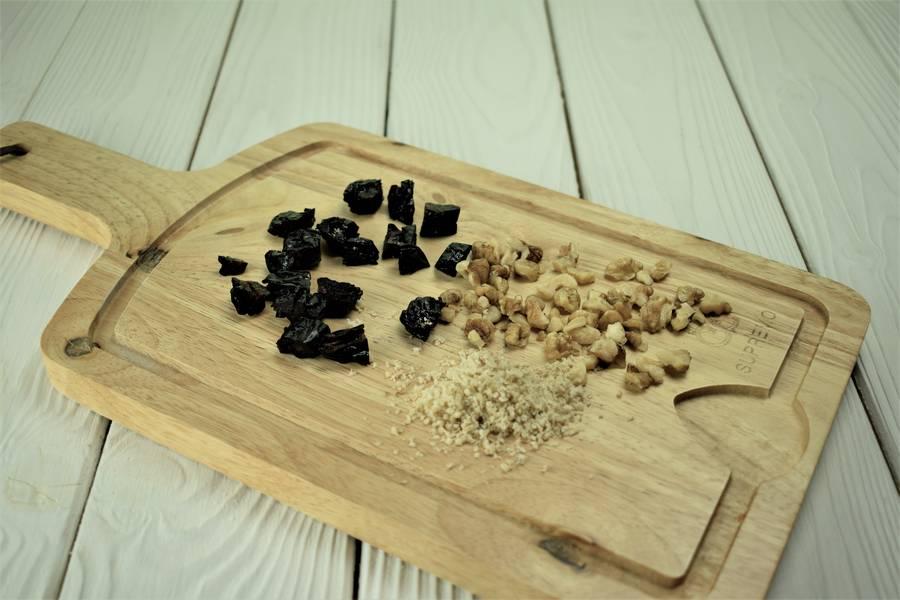 Приготовление десерта с черносливом и грецкими орехами шаг 5