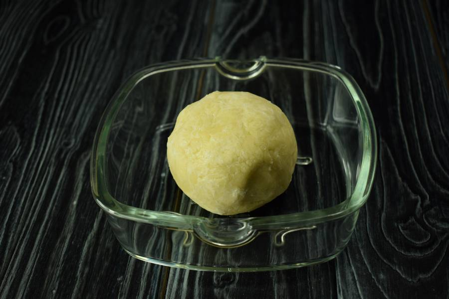 Приготовление десерта с заварным кремом, черносливом и грецкими орехами шаг 2