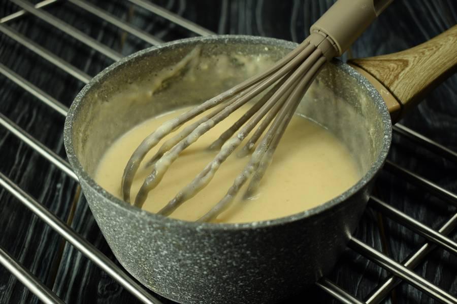 Приготовление десерта с заварным кремом, черносливом и грецкими орехами шаг 8