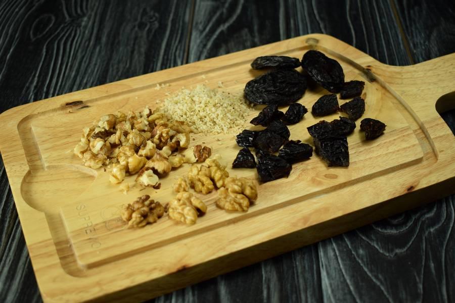 Приготовление десерта с заварным кремом, черносливом и грецкими орехами шаг 9