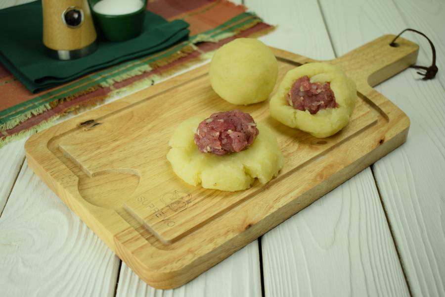 Приготовление картофельных шариков с мясом шаг 4