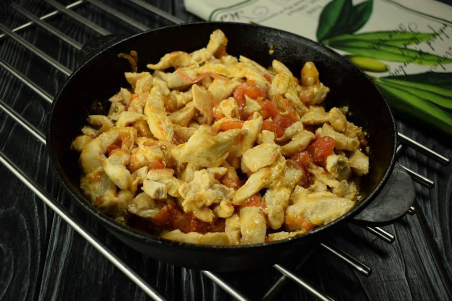 Приготовление куриной грудки с помидорами, кинзой, чесноком шаг 4