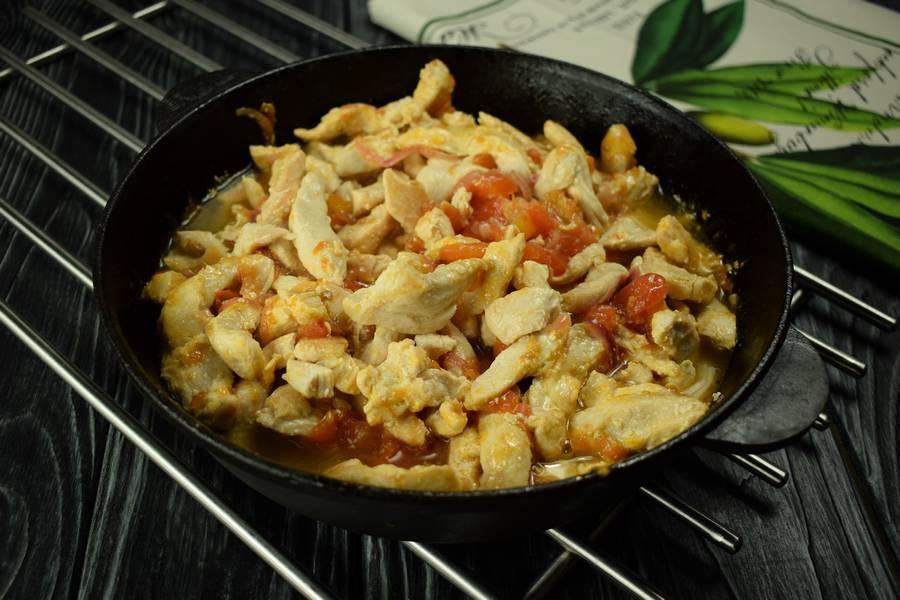 Приготовление куриной грудки с помидорами, кинзой, чесноком шаг 5