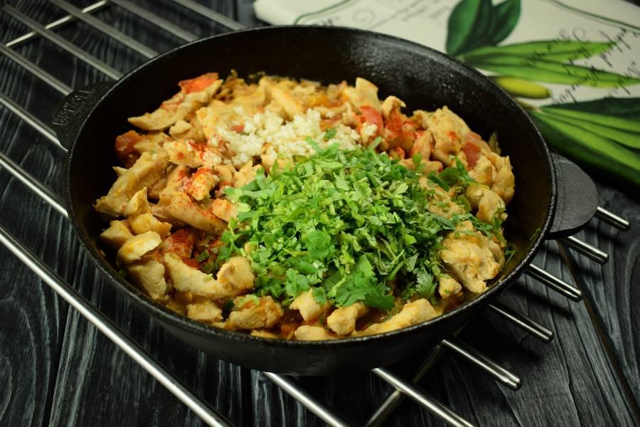 Приготовление куриной грудки с помидорами, кинзой, чесноком шаг 6