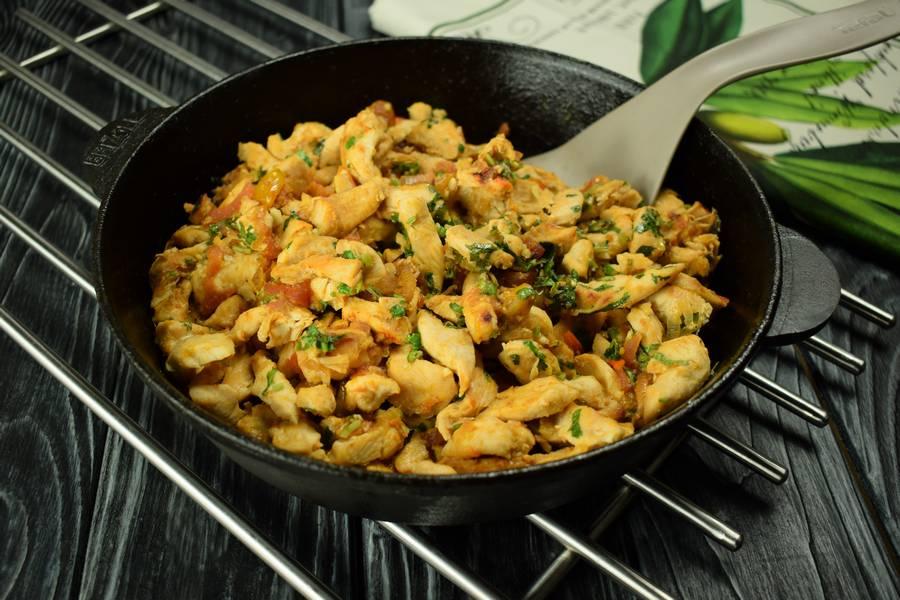 Приготовление куриной грудки с помидорами, кинзой, чесноком шаг 7