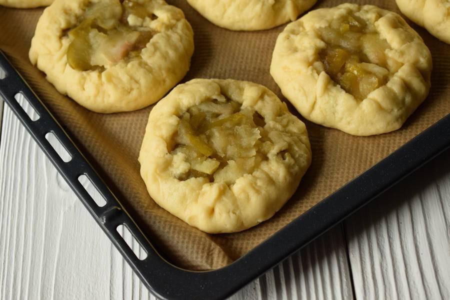 Приготовление открытых песочных яблочных пирожков шаг 10