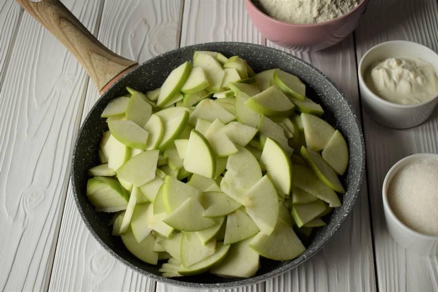 Приготовление открытых песочных яблочных пирожков шаг 2