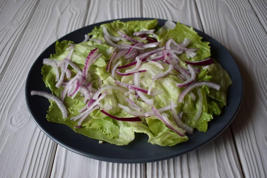 Приготовление салата с черри, моцареллой и каперсами шаг 4