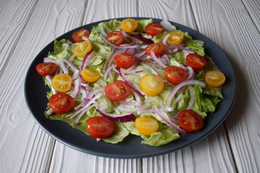 Приготовление салата с черри, моцареллой и каперсами шаг 5