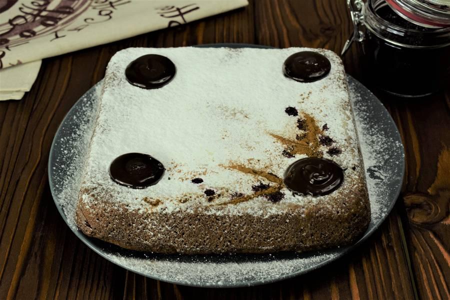 Приготовление шоколадного пирога с черной смородиной шаг 11