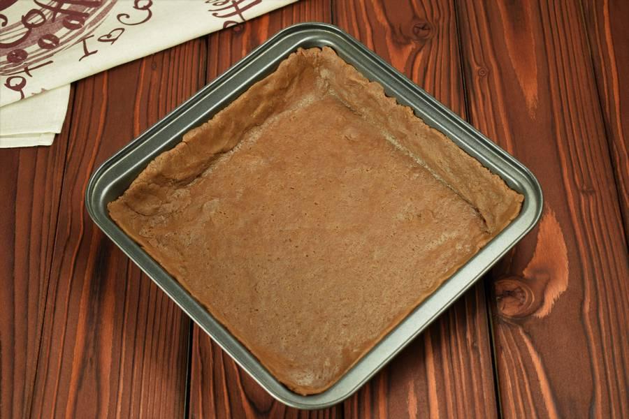 Приготовление шоколадного пирога с черной смородиной шаг 6