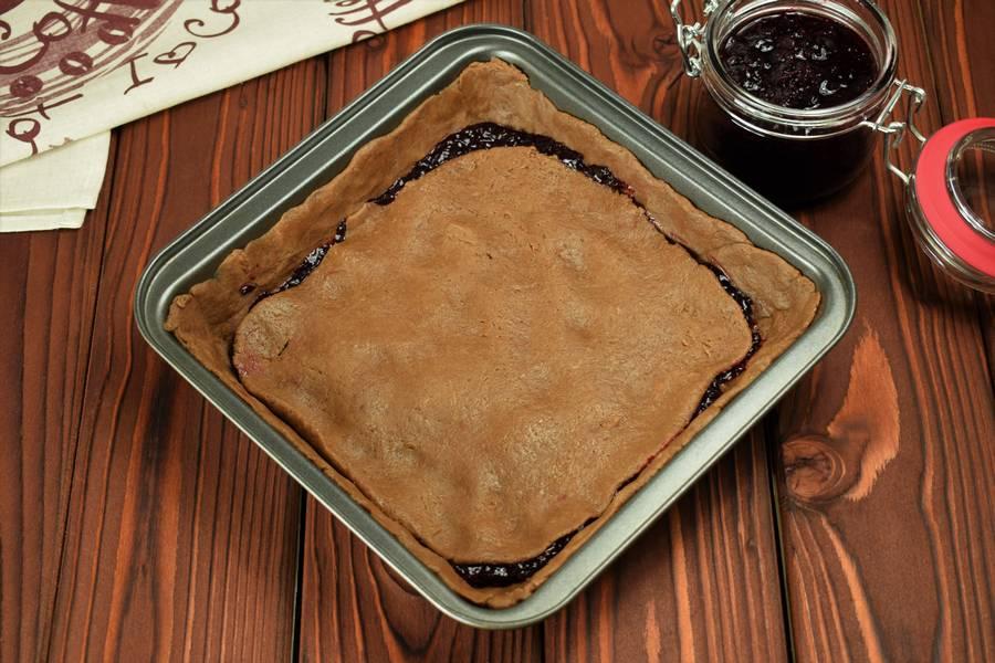 Приготовление шоколадного пирога с черной смородиной шаг 7
