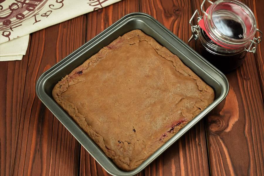 Приготовление шоколадного пирога с черной смородиной шаг 8