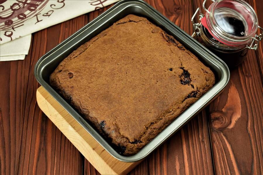 Приготовление шоколадного пирога с черной смородиной шаг 9